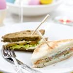 Sandwiches met zalm of gerookte kip & Groot Constantia Sauvignon Blanc