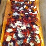 Bladerdeegtaart met tomaat en gekaramelliseerde ui & Chianti