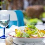Salade met ham, verse perzik en kaas & Gavi